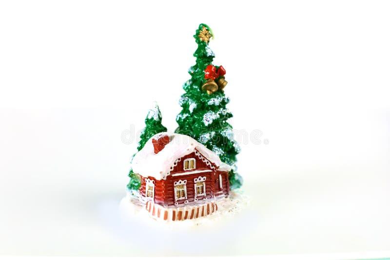 Σπίτι μελοψωμάτων στο χιόνι που απομονώνεται σε ένα άσπρο υπόβαθρο στοκ φωτογραφία με δικαίωμα ελεύθερης χρήσης