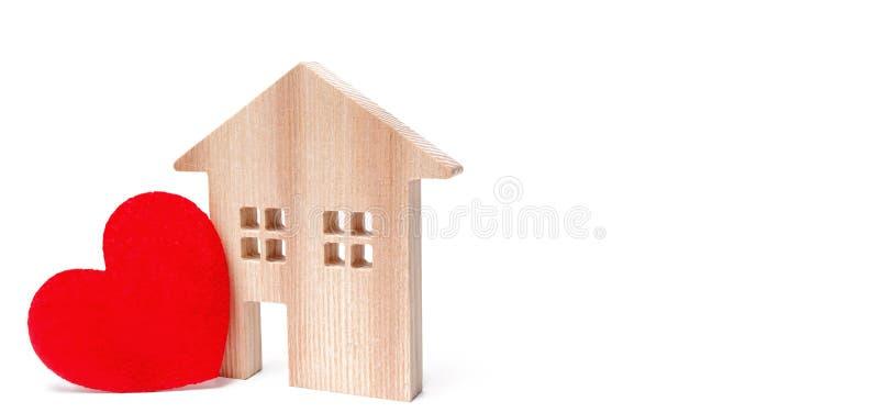 Σπίτι με μια κόκκινη καρδιά σε ένα απομονωμένο άσπρο υπόβαθρο Σπίτι των εραστών Προσιτή κατοικία για τις νέες οικογένειες βαλεντί στοκ φωτογραφία με δικαίωμα ελεύθερης χρήσης