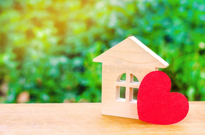 Σπίτι με μια κόκκινη καρδιά Σπίτι των εραστών Προσιτή κατοικία για τις νέες οικογένειες Σπίτι ημέρας βαλεντίνων ` s στοκ εικόνα