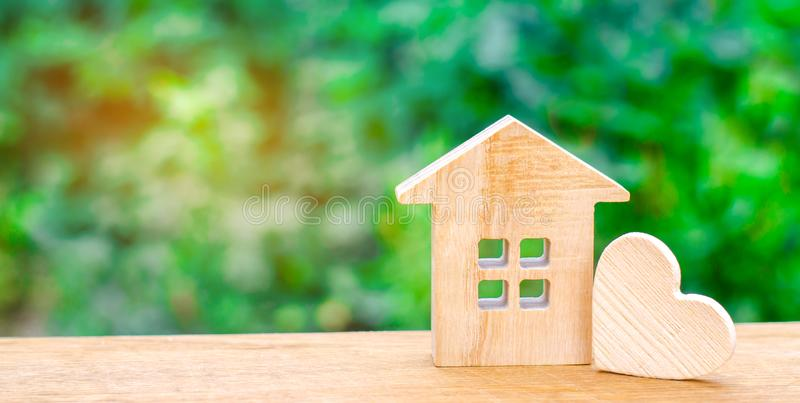 Σπίτι με μια ξύλινη καρδιά Σπίτι των εραστών Προσιτή κατοικία για τις νέες οικογένειες Σπίτι ημέρας βαλεντίνων ` s στοκ φωτογραφία