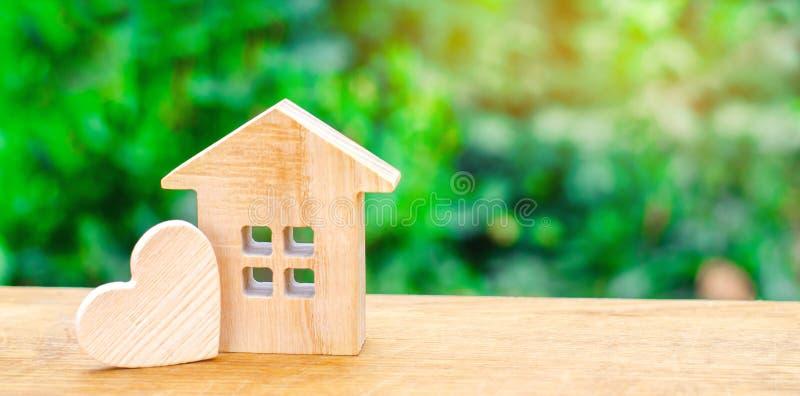 Σπίτι με μια ξύλινη καρδιά Σπίτι των εραστών Προσιτή κατοικία για τις νέες οικογένειες Σπίτι ημέρας βαλεντίνων ` s στοκ εικόνες