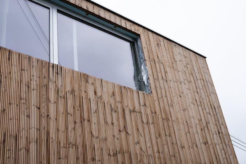 Σπίτι με πλαισιωμένη την ξύλο οικοδόμηση στοκ φωτογραφία
