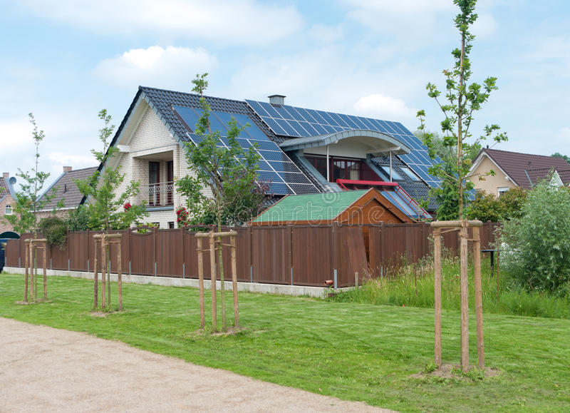 Σπίτι με τα ηλιακά πλαίσια στοκ φωτογραφίες
