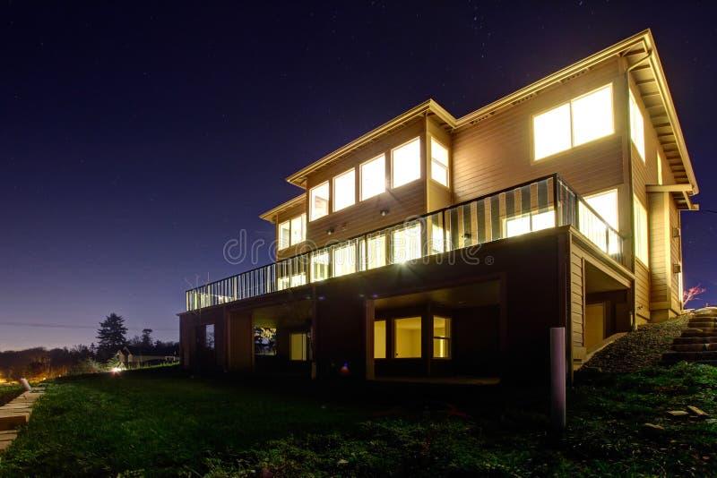 Σπίτι με τα φω'τα επάνω. Άποψη νύχτας στοκ εικόνες