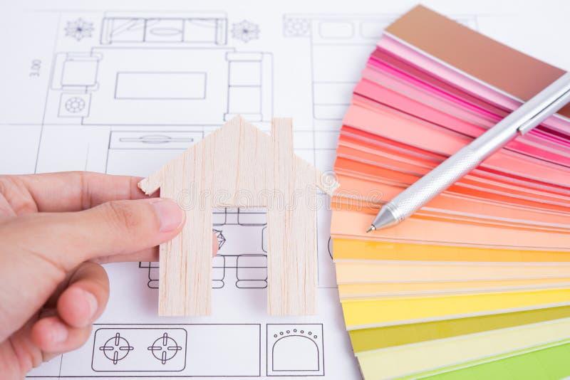 Σπίτι με το έγγραφο χρώματος σχεδίου και την επιχειρησιακή Οικοδομική Βιομηχανία στοκ φωτογραφίες με δικαίωμα ελεύθερης χρήσης
