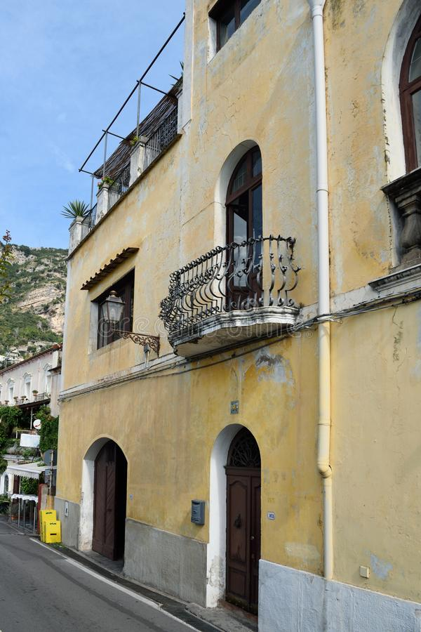 Σπίτι με το μπαλκόνι Positano στοκ φωτογραφία με δικαίωμα ελεύθερης χρήσης