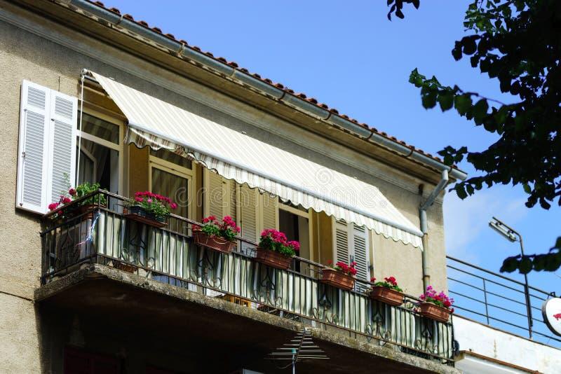 Σπίτι με το μπαλκόνι στο θέρετρο θάλασσας, ηλιόλουστη ημέρα, τουριστική έννοια στοκ φωτογραφίες