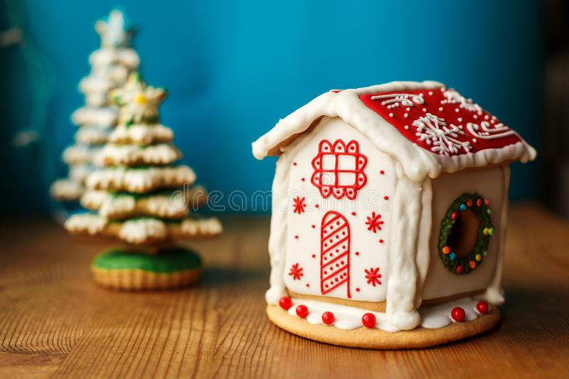 Σπίτι μπισκότων μελοψωμάτων Χριστουγέννων Γλυκά διακοπών Έννοια τροφίμων και διακοσμήσεων διακοπών στοκ εικόνα
