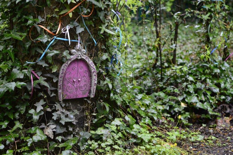 Σπίτι νεράιδων στο δέντρο στοκ φωτογραφίες με δικαίωμα ελεύθερης χρήσης