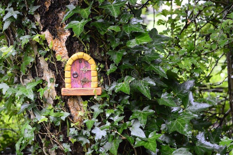 Σπίτι νεράιδων στο δέντρο στοκ εικόνες