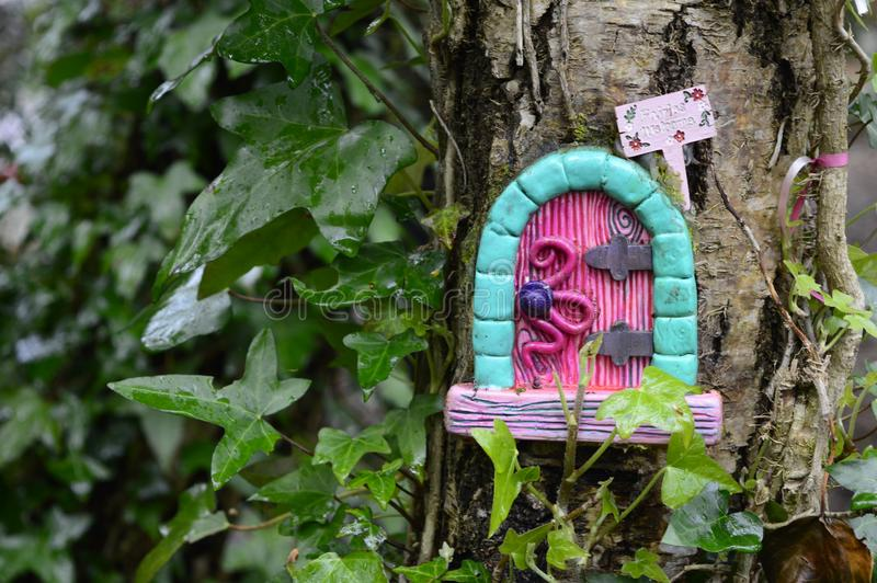 Σπίτι νεράιδων στο δέντρο στοκ εικόνες με δικαίωμα ελεύθερης χρήσης