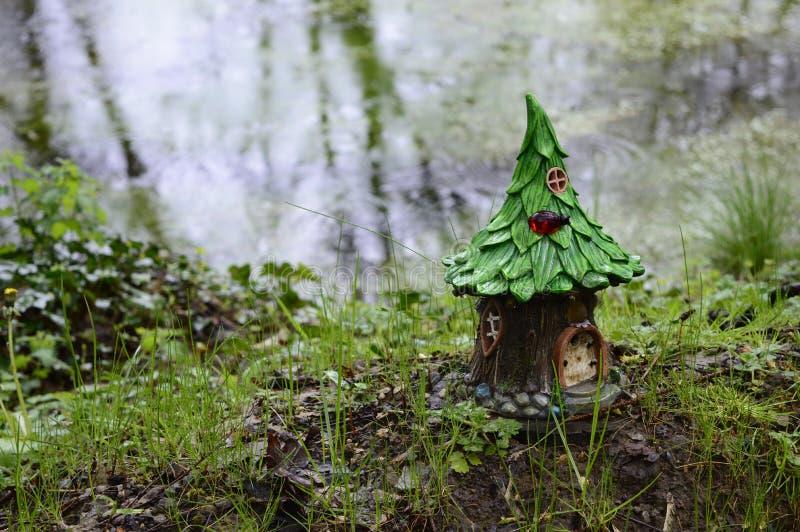 Σπίτι νεράιδων στο δέντρο στοκ φωτογραφία
