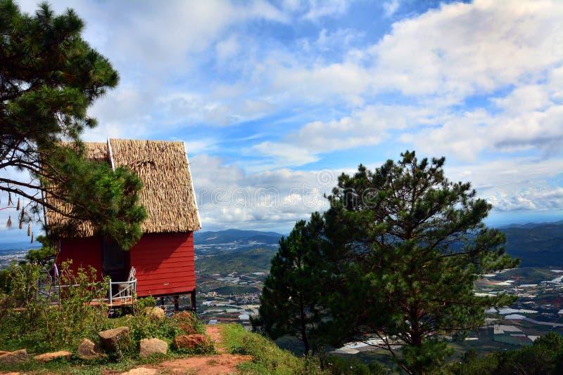 Σπίτι πάνω από ένα βουνό στοκ εικόνα