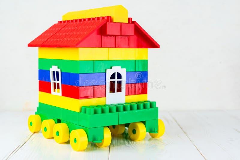 Σπίτι παιχνιδιών στις ρόδες, ένα τροχόσπιτο από έναν σχεδιαστή παιδιών ` s στοκ εικόνα με δικαίωμα ελεύθερης χρήσης