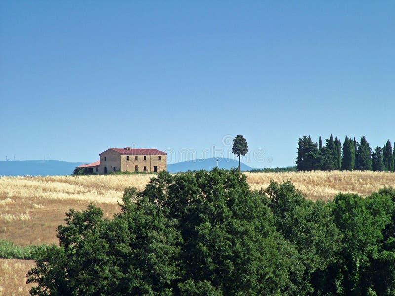 σπίτι παλαιό tuscan πεδίων στοκ φωτογραφίες