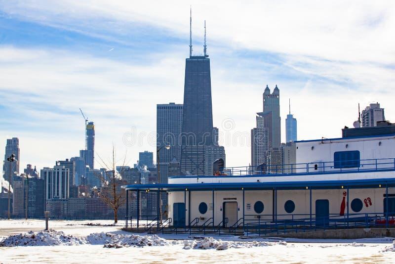 Σπίτι παραλιών βόρειων λεωφόρων με τον ορίζοντα του Σικάγου στοκ εικόνα