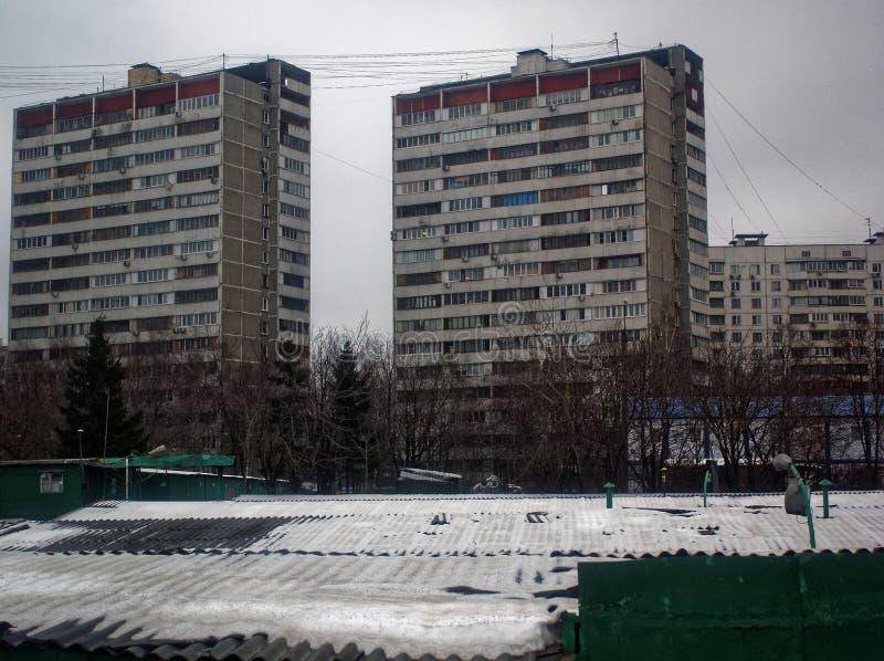 Σπίτι πολυόροφων κτιρίων σε μια γειτονιά εργατικής τάξης σε μια γκρίζα χειμερινή ημέρα στοκ εικόνες