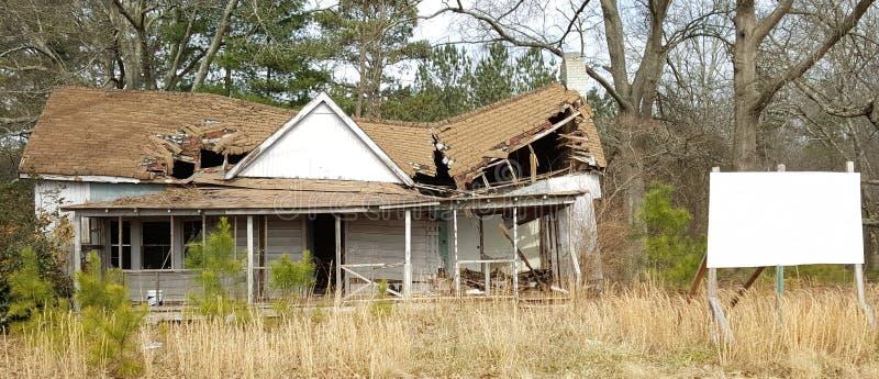 Σπίτι που έχει ανάγκη από επισκευές στοκ εικόνες
