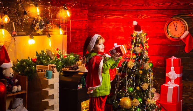 Σπίτι που γεμίζουν με τη χαρά και την αγάπη r Καλύτερες ευχές : Δώρο Χριστουγέννων r στοκ εικόνες