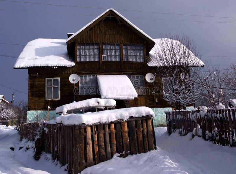Σπίτι, που καλύπτεται με το χιόνι, ουκρανικά Carpathians στοκ εικόνες