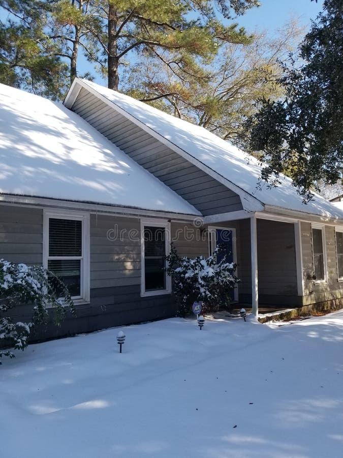 Σπίτι που καλύπτεται στο χιόνι στοκ εικόνες