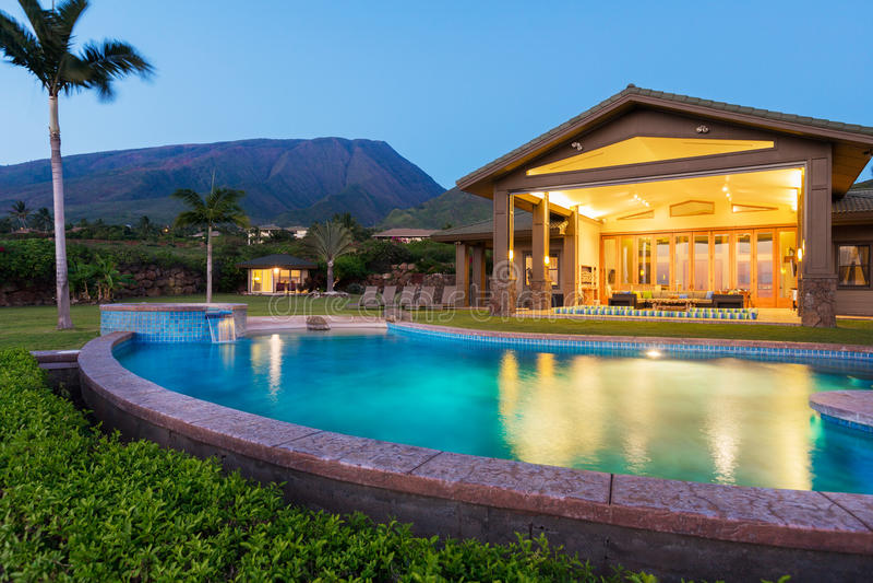 Σπίτι πολυτέλειας με την πισίνα στο σούρουπο στοκ φωτογραφία