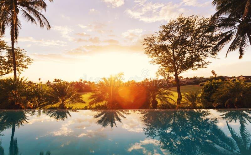Σπίτι πολυτέλειας με τη λίμνη στο ηλιοβασίλεμα στοκ φωτογραφία με δικαίωμα ελεύθερης χρήσης