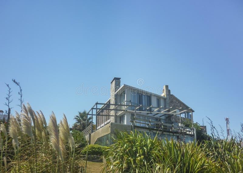 Σπίτι πολυτέλειας μπροστά από την παραλία στοκ εικόνα