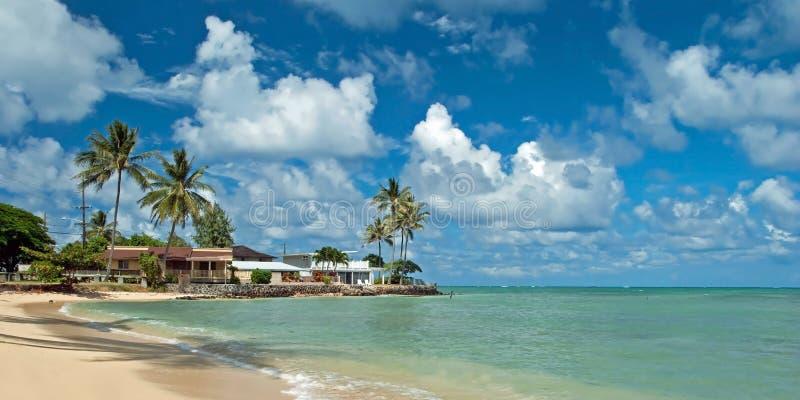 Σπίτι πολυτέλειας στην άθικτη αμμώδη παραλία με τα δέντρα φοινικών και κυανός στοκ φωτογραφίες