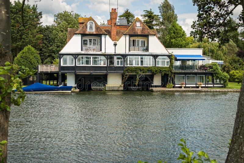 Σπίτι πολυτέλειας στον ποταμό Τάμεσης, Αγγλία στοκ εικόνες με δικαίωμα ελεύθερης χρήσης
