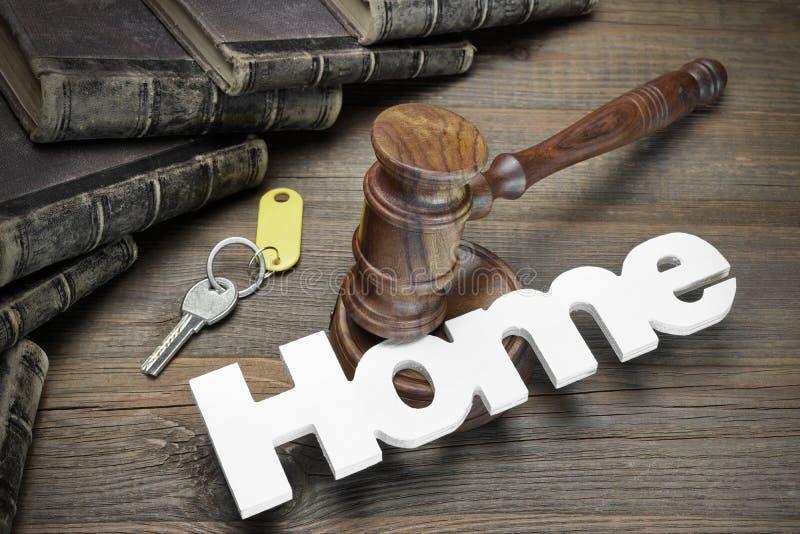 Σπίτι σημαδιών, κλειδί, Gavel δικαστών και βιβλίο στον ξύλινο πίνακα στοκ εικόνες με δικαίωμα ελεύθερης χρήσης