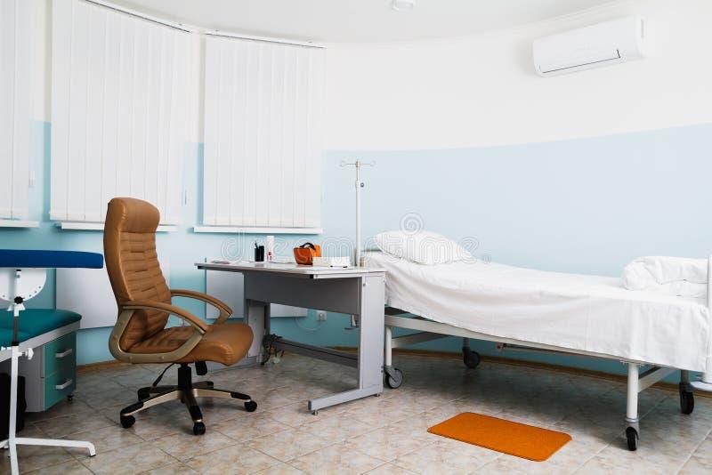 Σπίτι στην κλινική Doctor& x27 γραφείο του s Θεράπων εργασιακών χώρων στοκ εικόνες με δικαίωμα ελεύθερης χρήσης