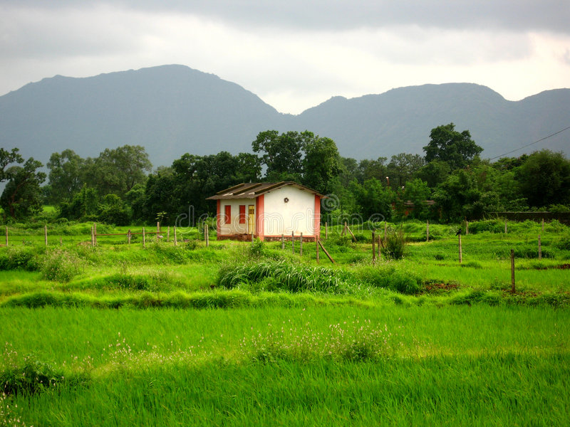 Σπίτι στην πράσινη επαρχία στοκ φωτογραφίες με δικαίωμα ελεύθερης χρήσης