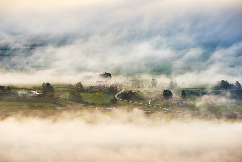Σπίτι στη θάλασσα των σύννεφων στοκ εικόνες