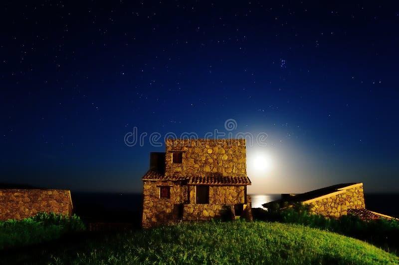 Σπίτι στον παράκτιο λόφο στη Σαρδηνία στοκ εικόνες