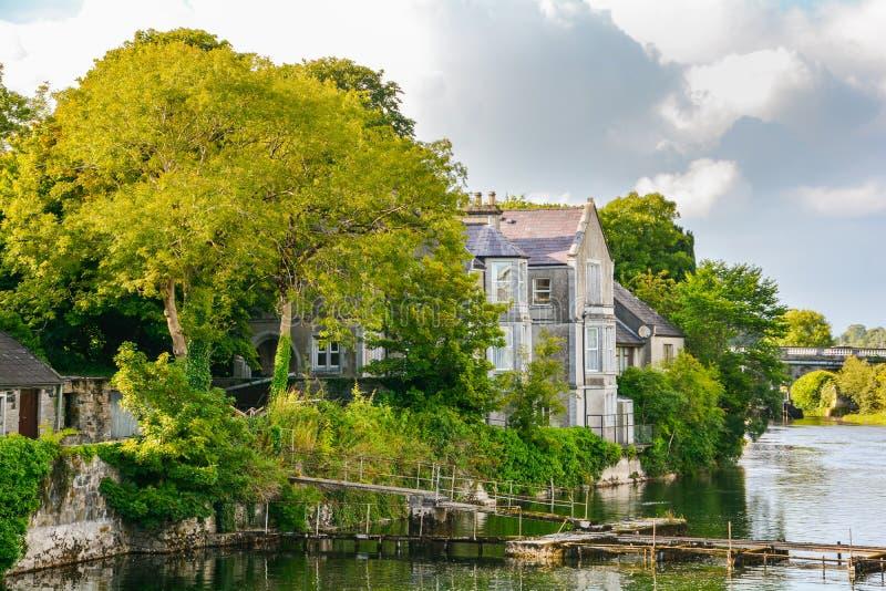 Σπίτι στον ποταμό Corrib Galway, Ιρλανδία στοκ εικόνα