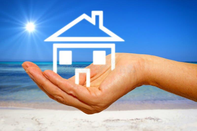 Σπίτι στο χέρι στοκ φωτογραφία με δικαίωμα ελεύθερης χρήσης
