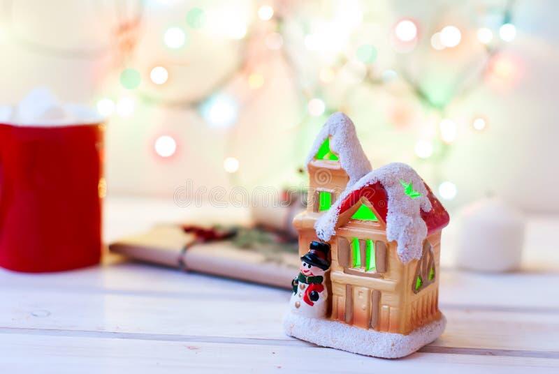 Σπίτι του μυθικού νέου έτους στο υπόβαθρο των κλάδων έλατου στοκ φωτογραφία
