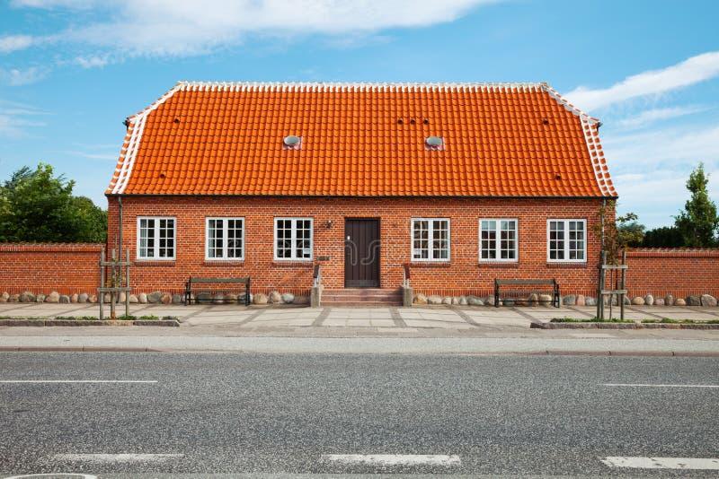 Σπίτι τούβλου στη Δανία στο δρόμο στοκ φωτογραφία