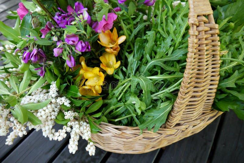 Σπίτι: φρέσκα προϊόντα και λουλούδια άνοιξη στο καλάθι στοκ φωτογραφίες με δικαίωμα ελεύθερης χρήσης