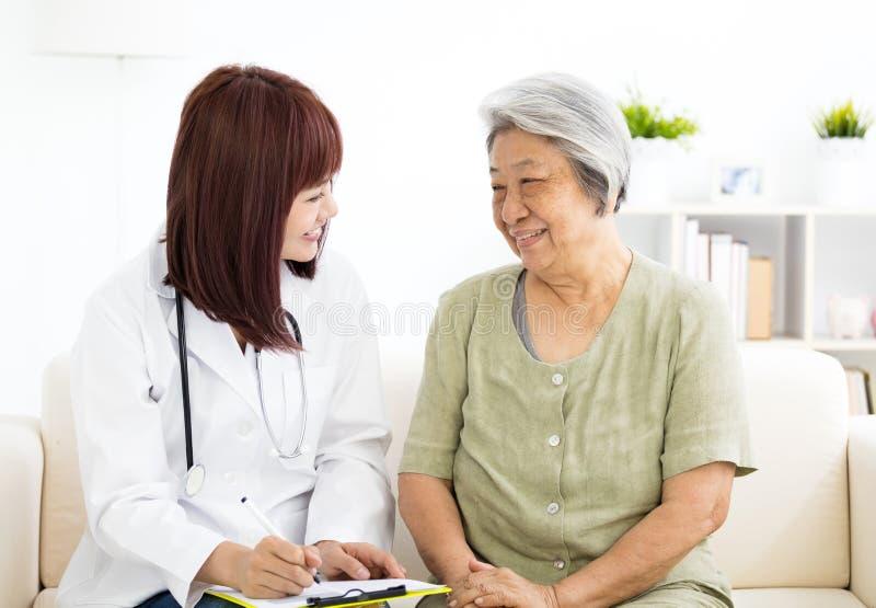 Σπίτι χαμόγελου caregiver με την ανώτερη γυναίκα στοκ εικόνες με δικαίωμα ελεύθερης χρήσης