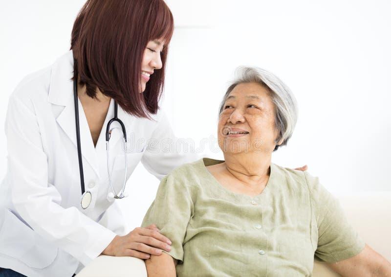 Σπίτι χαμόγελου caregiver με την ανώτερη γυναίκα στοκ εικόνα