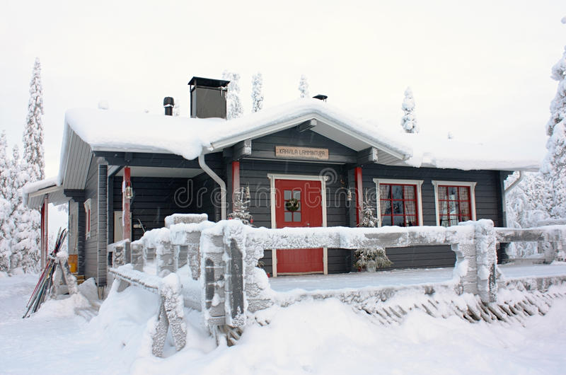 Σπίτι χειμερινού καφέ στο δάσος κοντά σε Ruka, Φινλανδία στοκ εικόνα με δικαίωμα ελεύθερης χρήσης