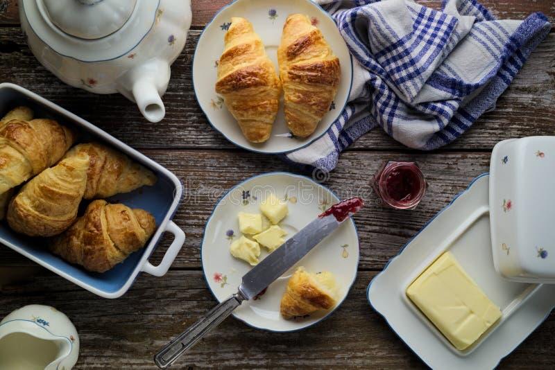 Σπίτι-ψημένο βούτυρο ζύμης ριπών croissants με τη μαρμελάδα στο rusti στοκ φωτογραφίες με δικαίωμα ελεύθερης χρήσης