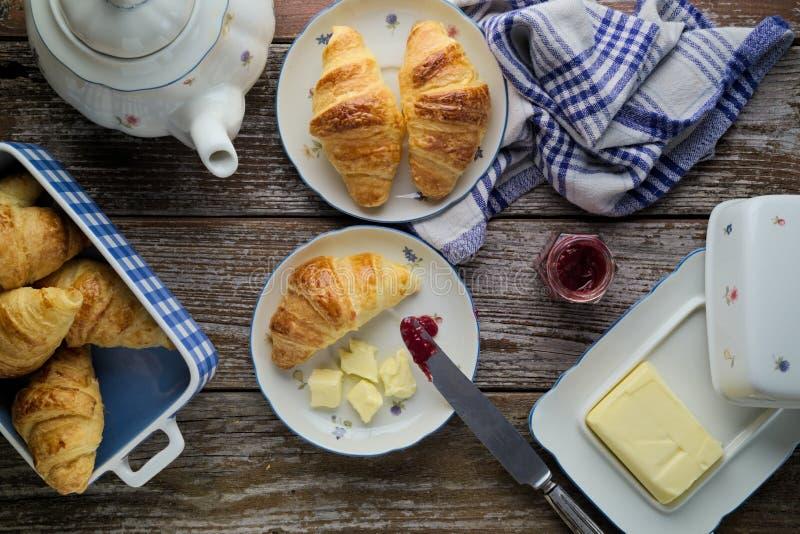 Σπίτι-ψημένο βούτυρο ζύμης ριπών croissants με τη μαρμελάδα στο rusti στοκ φωτογραφία