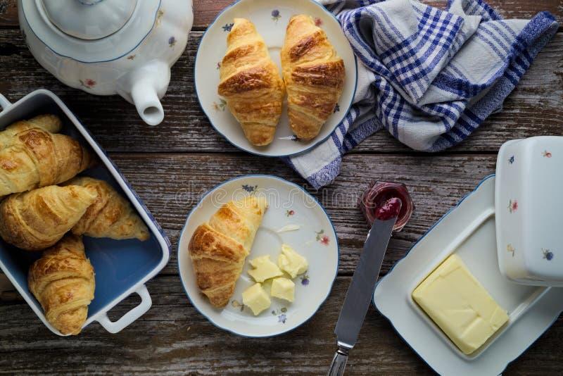 Σπίτι-ψημένο βούτυρο ζύμης ριπών croissants με τη μαρμελάδα στο rusti στοκ φωτογραφία με δικαίωμα ελεύθερης χρήσης
