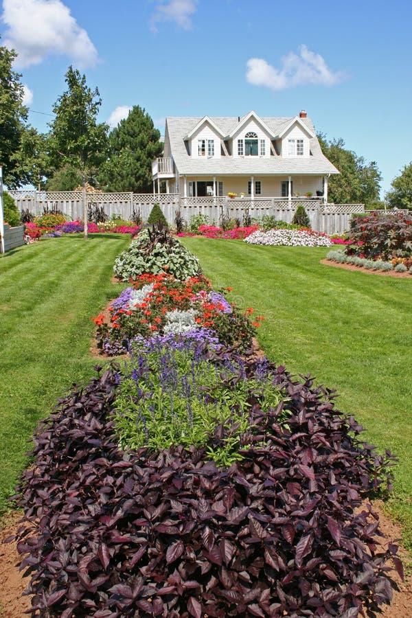 Download σπίτι 2 λουλουδιών στοκ εικόνες. εικόνα από ουρανός, λουλούδια - 1537014