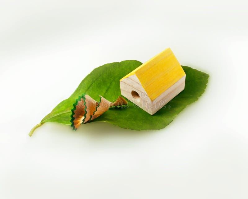 Σπίτι Eco Εναλλακτική με μηδενικές εκπομπές ενεργειακή έννοια με διαμορφωμένη τη σπίτι ξύστρα για μολύβια Εκπομπή των καθαρών απο στοκ φωτογραφία με δικαίωμα ελεύθερης χρήσης
