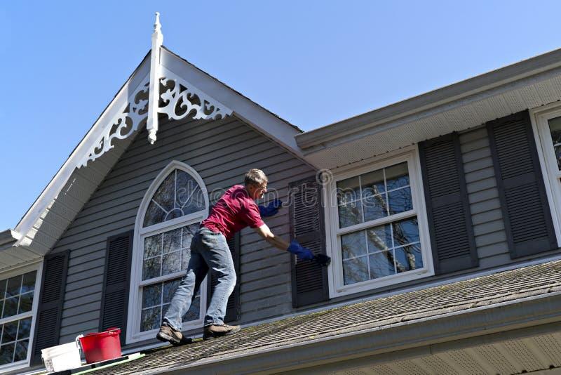 Σπίτι Handyman που καθαρίζει το βινυλίου εξωτερικό στοκ φωτογραφία
