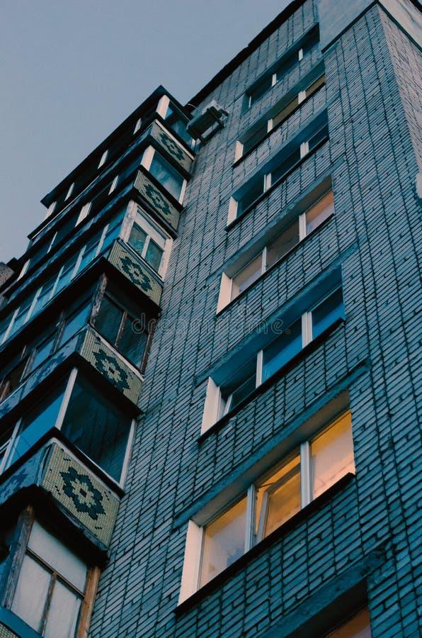 Σπίτι mnogotazhnogo οικοδόμησης τούβλου Ο τοίχος πηγαίνει στον ουρανό Να αυξηθεί από το κατώτατο σημείο στοκ φωτογραφία